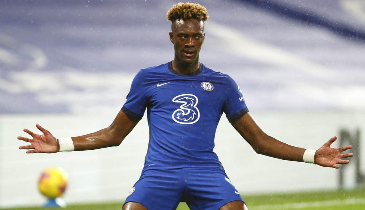 Striker Chelsea, Tammy Abraham, melakukan selebrasi usai mencetak gol ke gawang West Ham United pada laga Liga Inggris di Stadion Stamford Bridge, Selasa (22/12/2020). Chelsea menang dengan skor 3-0. (AP/Clive Rose,Pool)