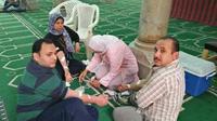 Donor darah untuk korban cedera ledakan bom di gereja Mesir di Tanta, yang mayoritas ditanggapi umat Muslim. (Ashraf Abdelhamid/Al Arabiya Net)