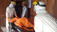 Tim medis rumah sakit setempat mengantarkan jenazah ke Desa Sogo menggunakan Alat Pelindung Diri (APD) lengkap, seolah-olah sakitnya karena corona Covid-19. (Liputan6.com/ Ist)
