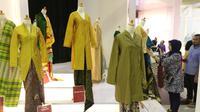Produk-produk UMKM dari kain tradisional dalam Pameran Karya Kreatif Indonesia (KKI) di Jakarta Convention Center, Jumat (20/7). Pameran ini menghadirkan  kerajinan tradisional dari seluruh pengrajin UMKM binaan Bank Indonesia. (Liputan6.com/Angga Yuniar)