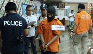 Tersangka HS pelaku kasus pembunuhan satu keluarga di Bekasi digiring untuk melakukan pra-rekonstruksi di Polda Metro Jaya, Jakarta, Senin (19/11). 35 adegan diperagakan dari 57 yang akan diperagakan saat rekonstruksi. (Liputan6.com/Helmi Fithriansyah)
