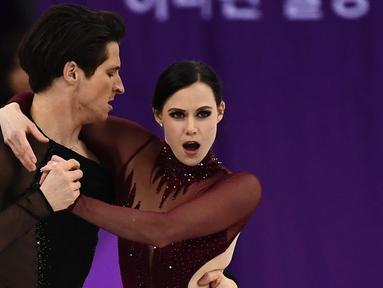 Tessa Virtue dari Kanada bersama pasangannnya Scott Moir bersaing dalam tarian bebas es skating pada Olimpiade Musim Dingin Pyeongchang 2018 di Gangneung Ice Arena di Gangneung (20/2). (AFP Photo/Aris Messinis)