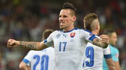 Marek Hamsik - Gelandang jangkar Timnas Slovakia ini mengoleksi 126 caps internasional bersama negaranya. Ia menjadi salah satu aktor penting ketika mengantarkan Slovakia lolos ke babak 16 besar Piala Dunia 2010, setelah membungkam Italia dalam fase grup. (Foto: AFP/Philippe Huguen)
