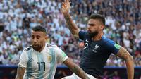 Penyerang Prancis, Olivier Giroud berebut bola dengan bek Argentina Nicolas Otamendi saat bertanding pada babak 16 besar Piala Dunia di Kazan Arena di Kazan, Rusia, (30/6). Prancis menang tipis 4-3 atas Argentina. (AP Photo/Thanassis Stavrakis)