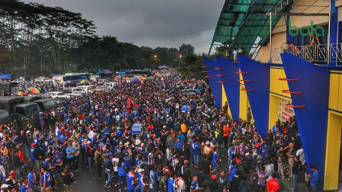 Aremania di kompleks Stadion Kanjuruhan, Kabupaten Malang, jelang leg kedua final Piala Presiden 2019, Jumat (12/4/2019). (Bola.com/Iwan Setiawan)