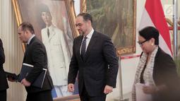 Menlu Retno Marsudi (kanan) bersama Menlu Afghanistan Salahuddin Rabbani usai pertemuan di Kantor Kemenlu, Jakarta, Jumat (15/3). Pertemuan membahas dukungan Indonesia atas proses perdamaian di Afghanistan. (Liputan6.com/Faizal Fanani)