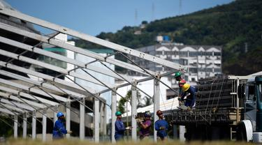 Pekerja memulai pembangunan rumah sakit darurat bagi pasien terinfeksi Covid-19 di kompleks stadion Maracana, Rio de Janeiro, Kamis (2/4/2020). Sebagian kompleks stadion paling terkenal di Brasil itu diubah menjadi rumah sakit lapangan selama pandemi Covid-19. (MAURO PIMENTEL/AFP)