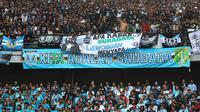Bonek (suporter Persebaya) dan LA Mania (suporter Persela) akur di Stadion Gelora Bung Tomo, Surabaya, Minggu (5/8/2018). (Bola.com/Aditya Wany)