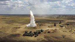 Sebuah roket diluncurkan dari sistem rudal di pangkalan militer Ashuluk, Rusia, 22 September 2020. Latihan ini diharapkan akan diadakan di Laut Hitam dan perairan laut Kaspia, akan berlangsung hingga 26 September. (Russian Defense Ministry Press Service via AP)