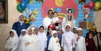 Pesta perayaan ulang tahun putra ke dua pasangan Nia Ramadhani dan Ardi Bakrie tak hanya menghadirkan tema Mario Bros. Ucap rasa syukur, mereka pun mengundang anak yatim untuk menggelar doa bersama. (Nurwahyunan/Bintang.com)