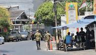 Sejumlah orang berseragam Angkatan Muda Partai Golkar (AMPG) berada di depan Kantor DPP Partai Golkar, Jakarta, Rabu (21/8/2019). Orang luar tidak diperkenankan masuk oleh satpam ke Kantor DPP Partai Golkar. (merdeka.com/Iqbal Nugroho)