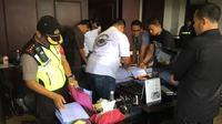 Tim Saber Pungli menggeladah ruangan kerja Direktur Operasi Pelindo III Surabaya, Jawa Timur