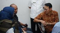 Dirut BPJS Kesehatan Fachmi Idris berbincang dengan pasien yang berobat terkait virus corona saat berkunjung ke FKTP di Kota Medan pada Rabu (4/3/2020). (Dok Humas BPJS Kesehatan)