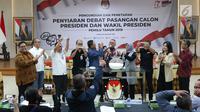 Ketua KPU RI, Arief Budiman (keenam kiri) memimpin pengundian dan penetapan penyiaran debat pasangan Calon Presiden dan Wakil Presiden Pemilu 2019 di Jakarta, Rabu (26/12). Lima sesi debat akan dilaksanakan di Jakarta. (Liputan6.com/Helmi Fithriansyah)