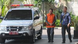 Bendahara Umum KONI Jhonny E Awuy (kiri) tiba di Gedung KPK, Jakarta, Senin (7/1). Jhonny diperiksa sebagai tersangka terkait dugaan suap dana hibah sebesar Rp 17 miliar dari Kemenpora ke KONI. (Merdeka.com/Dwi Narwoko)
