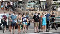 Orang-orang yang mengenakan masker menunggu untuk menyeberangi jalan di Tel Aviv, Israel, pada 21 Agustus 2020. Total kasus COVID-19 di Israel mencapai 100.716, dengan 1.117 kasus baru dilaporkan sejak Kamis (20/8) malam waktu setempat. (Xinhua/JINI/Gideon Markowicz)