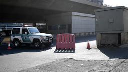 Polisi menutup jalan yang mengarah ke pemakaman non-Muslim di kota Jeddah, Arab Saudi, usai di mana sebuah bom menghantam ketika upacara peringatan Perang Dunia I yang dihadiri oleh para diplomat Eropa pada Rabu (11/11/2020). Tiga orang dilaporkan terluka dalam insiden tersebut. (AFP)