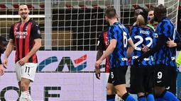 Striker AC Milan, Zlatan Ibrahimovic, bersitegang dengan striker Inter Milan, Romelu Lukaku, pada laga perempat final Coppa Italia di Giuseppe Meazza, Selasa (26/1/2021). Inter Milan menang dengan skor 2-1. (AFP/Miguel Medina)