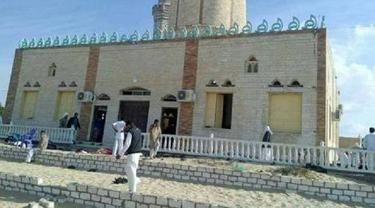 Ledakan Improvised Explosive Device (IED) yang dilancarkan oleh kelompok teroris tidak dikenal terjadi di samping Masjid Ar-Raudhah, Markaz Bir El-Abd, kota El-Arish, Sinai Utara (Twitter/Northern City of Arish, Sinai)
