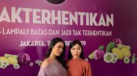Raisa Andriana dan Isyana Sarasvati dalam acara talkshow Sunsilk #TakTertahankan yang dilaksanakan di Ecology Bistro Kemang pada Senin (7/10/2019). (dok. Liputan6.com/Novi Thedora)