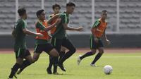 Pemain Timnas Indonesia U-22, Hanif Sjahbandi, menggiring bola saat latihan di Stadion Madya, Jakarta, Selasa (8/1). Latihan ini merupakan persiapan jelang Piala AFF U-22. (Bola.com/Vitalis Yogi Trisna)