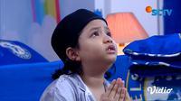 Zidan sedih dan menangis karena iri melihat keluarga Jojo yang lengkap Zidan berdoa ingin bertemu dengan ibunya. (Sumber: SCTV)