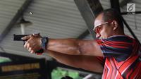 Atlet menembak profesional yang juga anggota Tim Gegana Brimob, Anang Yulianto melakukan tembakan menggunakan pistol Glock 17 di Lapangan Tembak Hoegeng Iman Santoso Mako Brimob Polri, Kelapa Dua, Depok, Selasa (23/10). (Liputan6.com/Immanuel Antonius)