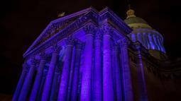 Monumen Pantheon diterangi cahaya berwarna biru untuk memperingati Hari Anak Sedunia di Paris, Selasa (19/11/2019). Hari Anak Sedunia yang diperingati setiap tanggal 20 November ini diresmikan pada tahun 1954 oleh United Nations atau Perserikatan Bangsa-bangsa (PBB). (THOMAS SAMSON/AFP)