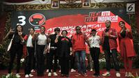 Ketum PDIP Megawati Soekarnoputri dan Sekjen PDIP Hasto Kristiyanto foto bersama dengan para kader  saat peluncuran Atribut Milenial di Kantor DPP PDIP, Jakarta, Kamis (20/9). (Merdeka.com/Iqbal S. Nugroho)