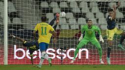 Pada babak pertama, Kolombia membuat kejutan pada menit ke-10. Luis Diaz sukses menjadi keran gol di laga tersebut setelah berhasil mengkonversi umpan Juan Cuadrado. Tendangan gunting first time nya tidak dapat dihalau oleh Weverton, kiper Brasil.