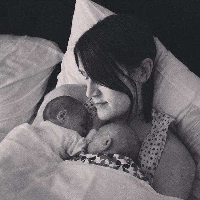 Hayley sangat bahagia dengan kelahiran bayi kembarnya | foto: copyright dailymail.co.uk