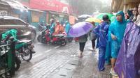 Hujan deras mengguyur kawasan Stasiun Gondangdia, Menteng, Jakarta Pusat, Jumat (24/1/2020). (Liputan6.com/Maria Flora)