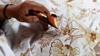 Menggambar Batik (sumber: iStockphoto)