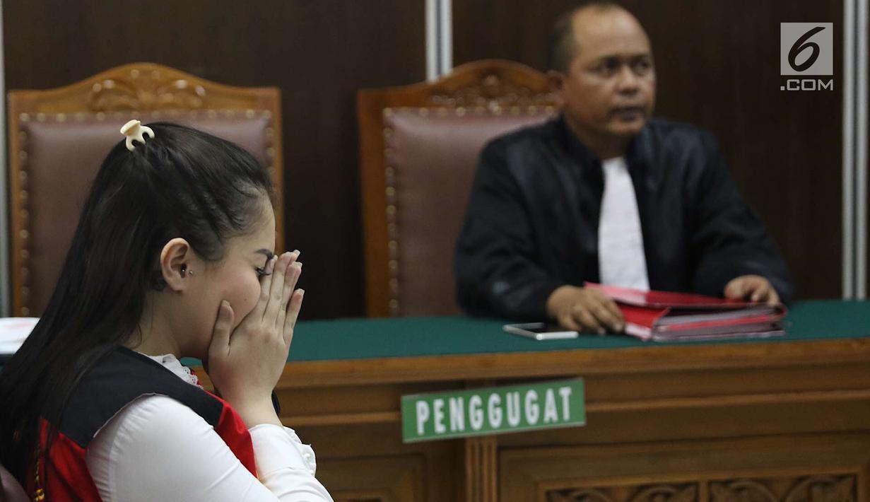 Aktris Jennifer Dunn saat menjalani sidang lanjutan di PN Jakarta Selatan, Kamis (7/6). Dalam sidang tersebut, JPU menolak pembelaan terdakwa kasus penyalahgunaan narkotika Jennifer Dunn. (Liputan6.com/Immanuel Antonius)