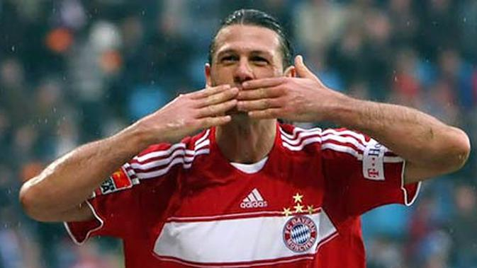 Gaya selebrasi bek Bayern Muenchen Martin Demichelis seusai mencetak gol.