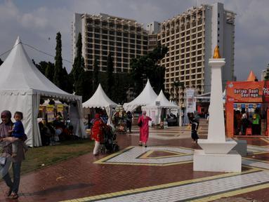 Sejumlah warga menghabiskan waktu libur Waisak dengan mengunjungi Pekan Raya Jakarta (PRJ) yang diselenggarakan di Parkir Timur Senayan, Jakarta, Selasa (2/6/2015). PRJ Senayan dibuka dari 30 Mei-5 Juni mendatang. (Liputan6.com/Johan Tallo)