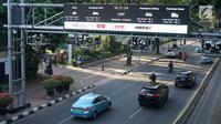 Kendaraan melintas di bawah mesin electronic road pricing (ERP) di Jalan Medan Merdeka Barat, Jakarta, Rabu (11/9/2019). Pemerintah Provinsi DKI Jakarta membatalkan lelang proyek jalan berbayar atau ERP untuk mengikuti pendapat hukum Kejaksaan Agung (Kejagung). (Liputan6.com/Immanuel Antonius)