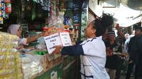 Artis Pantura Cirebon Diana Sastra bersama para pengamen bernyanyi menghibur pengunjung pasar Pasalran Cirebon sekaligus menggalang dana untuk korban Gempa dan Tsunami Palu Sulawesi Tengah. Foto (Liputan6.com / Panji Prayitno)