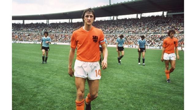 Momen klasik yang diunduh dari FIFA TV kali ini adalah tentang pahlawan sepak bola Belanda bernama Johan Cruyff. Ia terkenal sebagai figur jenius namun kontroversial.