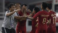 Pelatih Timnas Indonesia, Bima Sakti, merayakan gol yang dicetak Alfath Faathier ke gawang Timor Leste pada laga Piala AFF 2018 di SUGBK, Jakarta, Selasa (13/11). (Bola.com/M. Iqbal Ichsan)