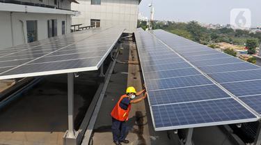 Pekerja memeriksa intalasi panel surya di Gedung Dirjen Ketenagalistrikan Kementerian ESDM di Jalan Rasuna Said, Jakarta, Senin (27/9/2021). Kementerian Perindustrian mencatat importasi komponen PLTS sejak 2018 hingga 2020 mengalami penurunan. (Liputan6.com/Herman Zakharia)