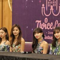 Personel TWICE memberi keterangan dalam konferensi pers di Tangerang, Banten, Jumat (24/8). TWICE akan menggelar konser yang bertajuk TWICELAND ZONE 2: Fantasy Park. (Liputan6.com/Faizal Fanani)
