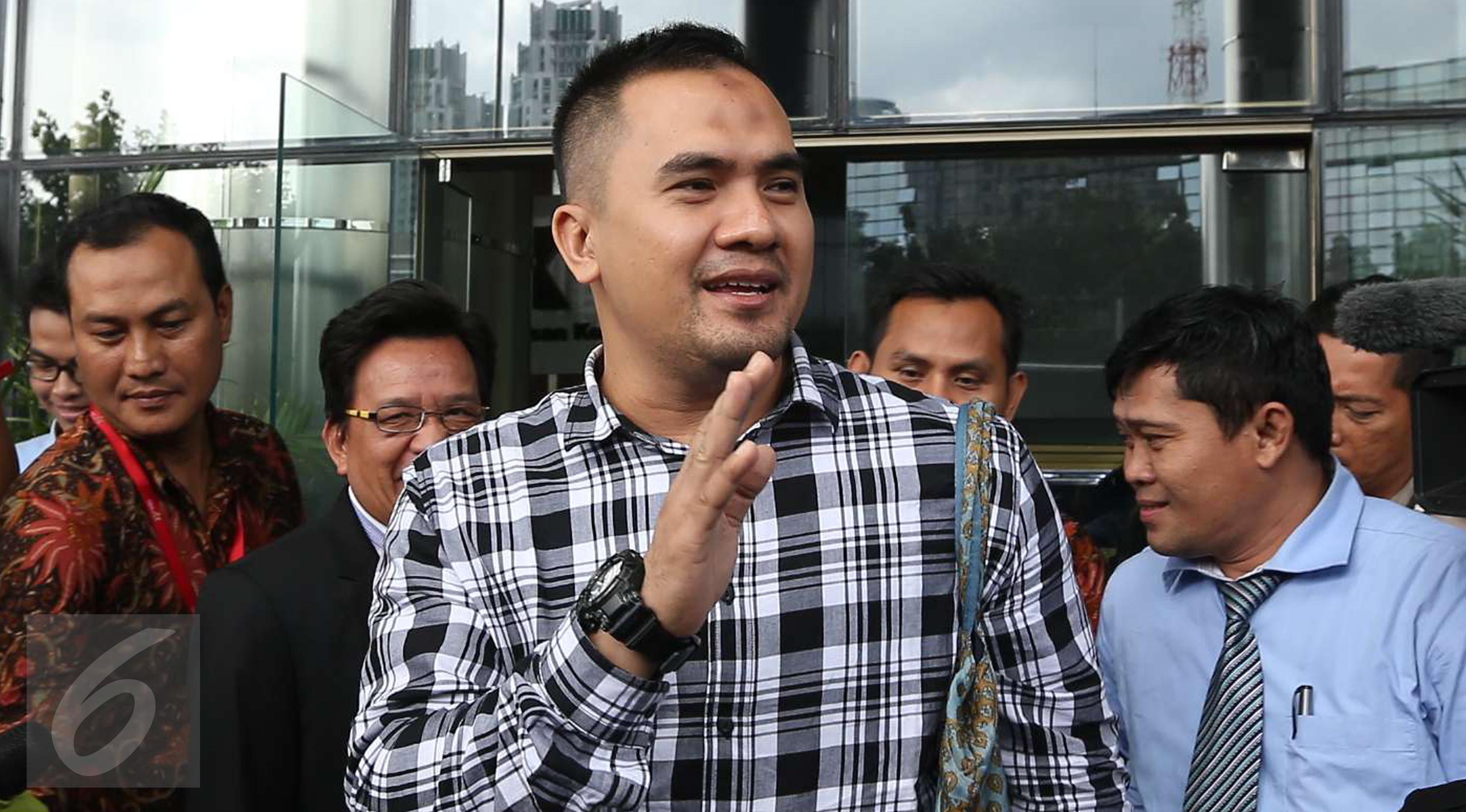Pedangdut Saipul Jamil usai menjalani pemeriksaan di Gedung KPK, Jakarta, Jumat (7/4) Bang Ipul dipanggil untuk diperiksa sebagai tersangka suap kepada mantan Panitera Pengadilan Negeri Jakarta Utara, Rohadi. (Liputan6.com/Helmi Afandi)