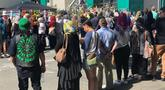Orang-orang membentuk rantai manusia untuk melindungi jemaah salat Jumat di Hagley Park luar masjid Al-Noor, di Christchurch, Selandia Baru, Jumat (22/3). Ibadah itu digelar sepekan selepas penembakan brutal di kota Christchurch. (Sue Teodoro via REUTERS)