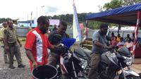 Distribusi bahan bakar minyak (BBM) di Papua. (Liputan6.com/Katharina Janur)