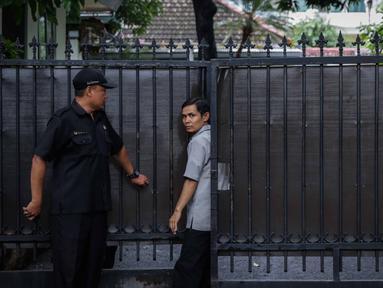 Seorang pria keluar dari gedung sementara tempat para komisioner KPU bekerja, tepat di sebelah Kantor KPU Pusat, Jakarta, Kamis (9/1/2020). Sebelumnya, Komisioner KPU Wahyu Setiawan diamankan penyidik KPK dalam operasi tangkap tangan (OTT) pada Rabu 8 Januari 2020. (Liputan6.com/Faizal Fanani)