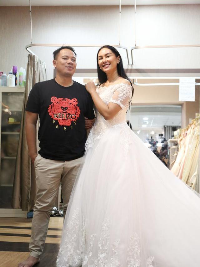 7 Momen Kebersamaan Vicky Prasetyo dan Kalina Ocktaranny Fiting Baju Pengantin