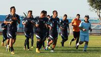 Didik Ludiyanto bersama pemain Persela saat latihan jelang Piala Presiden (Bola.com/Zaidan Nazarul)