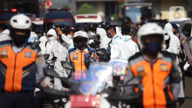 Tim pemburu Covid-19 saat acara pelepasan di Polda Metro Jaya, Jakarta, Senin (7/6/2021). Pembentukan dan pelepasan tim pemburu Covid-19 guna membantu masyarakat serta daerah yang terdapat penyebaran dan peningkatan kasus Covid-19 usai libur lebaran di ibu kota DKI. (Liputan6.com/Herman Zakharia)