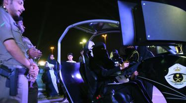 Seorang wanita mencoba simulator mengemudi selama workshop di Ibu Kota Riyadh, Arab Saudi, Kamis (21/6). Pemerintah Arab Saudi kini telah memperbolehkan kaum wanita untuk mengendarai kendaraan. (FAYEZ NURELDINE/AFP)